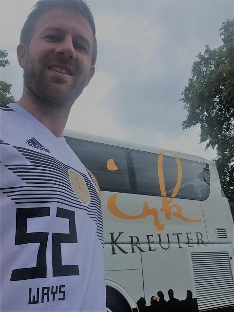 Vertriebsoffensive Dennis vor Bus von Dirk