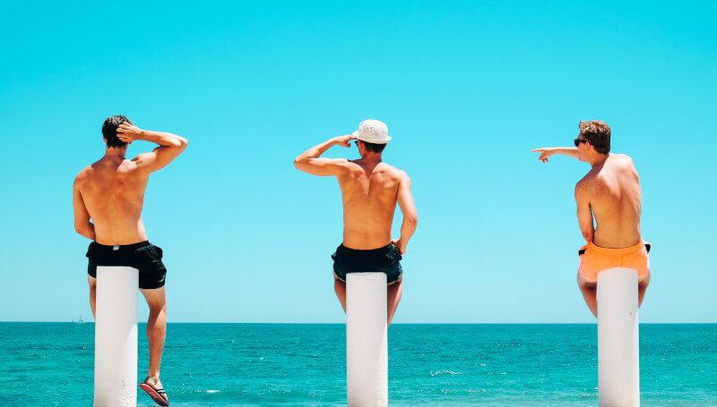 Wie man Freunde gewinnt- Männer am Strand